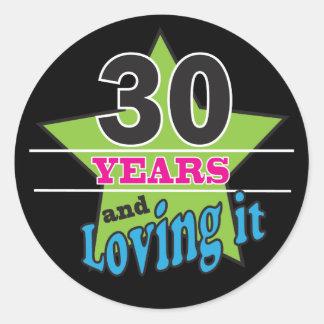 30 Jahre und es | 30. Geburtstag lieben Runder Aufkleber