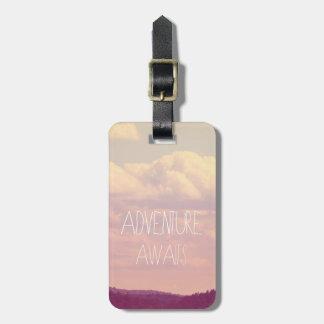 Abenteuer erwartet Gepäckanhänger