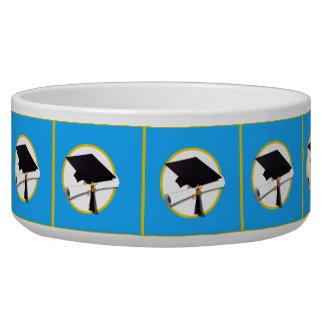 Abschluss-Kappe w/Diploma - blauer Hintergrund Napf