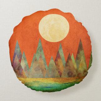 Abstrakte Landschaftsgroßer Mond, Berge, orange Rundes Kissen