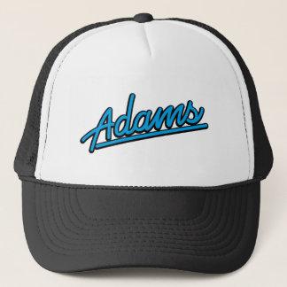 Adams in Cyan-blauem Truckerkappe