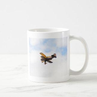 Aerobatic Doppeldecker im Flug Tasse