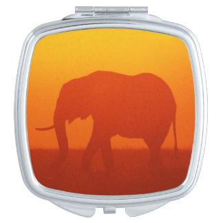 Afrikanischer Elefant, der am Sonnenuntergang, Taschenspiegel