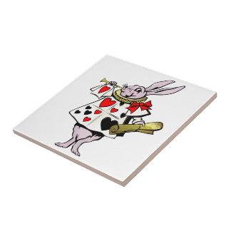 Alice im Wunderland-Hasen, Karte und Trompete - Keramikfliese