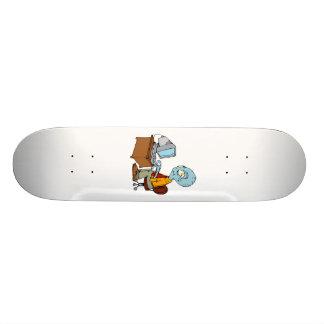 Alien am kleinen Computerschreibtisch Bedrucktes Skateboard