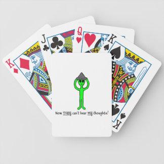 Alien, das eine Zinnfolien-Hutplattform der Poker Karten