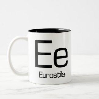 Alphabet der Typografie-Tasse - Eurostile Zweifarbige Tasse