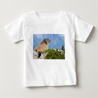 Alpines Murmeltier auf dem Felsen Baby T-shirt