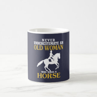 Alte Frau reitet Pferd Kaffeetasse