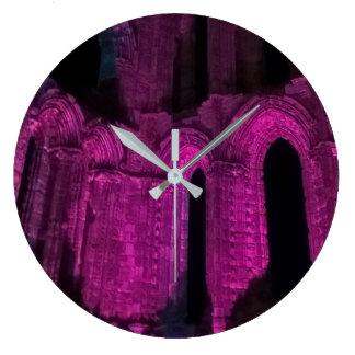 Alte ruinierte runde Uhr der Abtei der gotischen