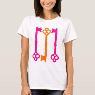 Alte Schlüssel der Leuchtorange und des Pinks T-Shirt
