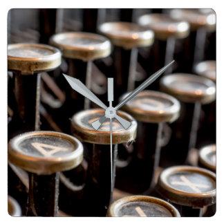 Alte Schreibmaschine befestigt quadratische Quadratische Wanduhr