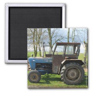 Alter Traktor im niederländischen LandschaftKühlsc Kühlschrankmagnet