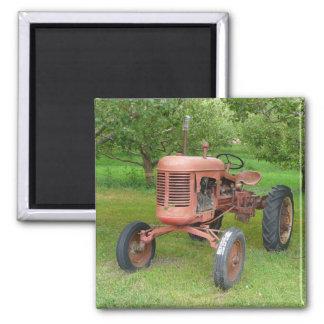 Alter Traktor im Obstgarten Magnete