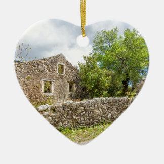 Altes historisches Haus als Ruinen entlang Straße Keramik Herz-Ornament