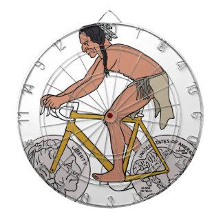 Amerikanischer Ureinwohner auf Fahrrad mit Dartscheibe