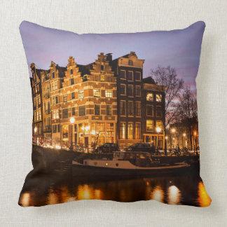 Amsterdam-Kanalhäuser am Dämmerungs-Wurfskissen Kissen
