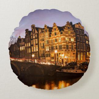 Amsterdam-Kanalhäuser am runden Kissen der