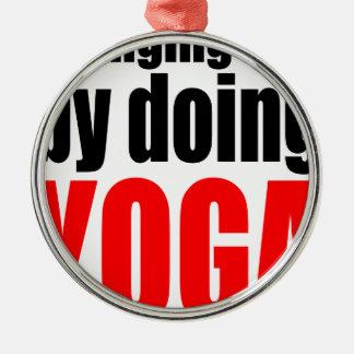 ÄNDERNDES SCHICKSAL, das Yoga faulen Rundes Silberfarbenes Ornament
