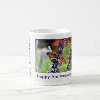 Angestellt-glücklicher Jahrestag Butterfy und Tasse