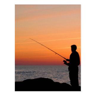Angler und Sonnenuntergang auf Ufer der Ostsee Postkarten
