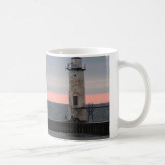 Ansicht des hellen Hauses und des Sonnenuntergangs Tasse