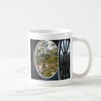 Ansicht von Colorado-Bergen durch rundes Fenster Kaffeetasse