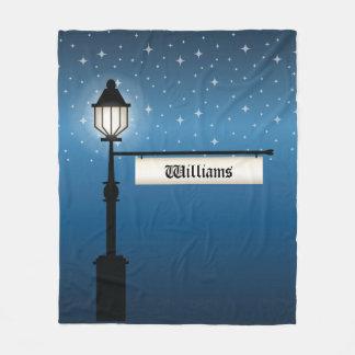 Antiker Lampen-Posten nachts mit Fleecedecke