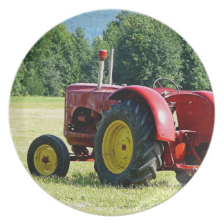 Antiker roter und gelber Traktor auf dem Gebiet Flacher Teller