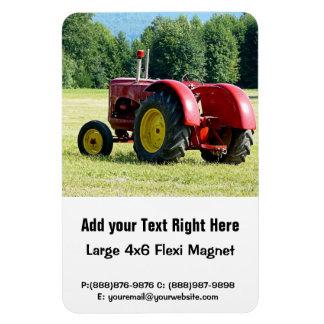 Antiker roter und gelber Traktor auf dem Gebiet Rechteckige Magnete