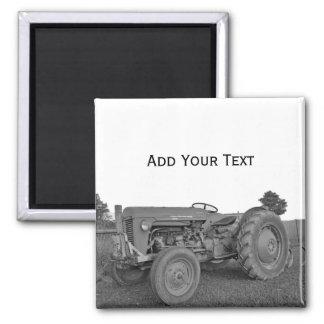 Antiker Traktor im Schwarzweiss-Magneten Quadratischer Magnet