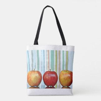 Äpfel und Marmore mit gestreiftem Hintergrund