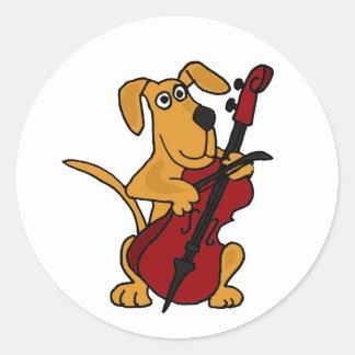 AQ-, Brown-Hündchen, welches das Cello spielt Runder Aufkleber