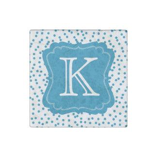 Aquablauer Confetti punktiert Monogramm Stein-Magnet