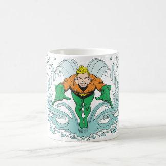 Aquaman, das vorwärts losstürzt tasse