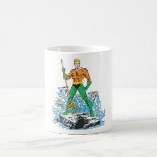 Aquaman steht mit Heugabel Tasse