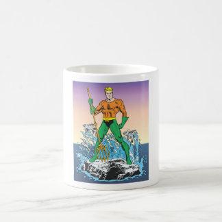 Aquaman steht mit Stange Tasse
