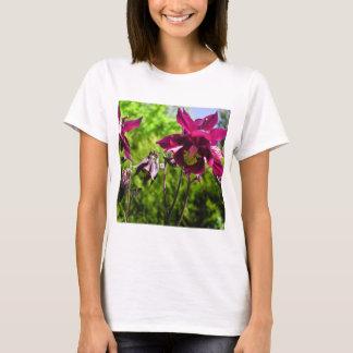 Aquilegia. Lila Blumen der Pflaume T-Shirt