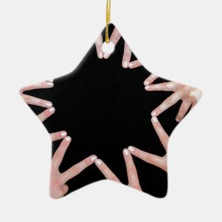 Arme der Mädchen übergibt die Herstellung des zehn Keramik Stern-Ornament
