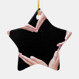 Arme und Hände der Mädchen, die Herz machen, Keramik Stern-Ornament