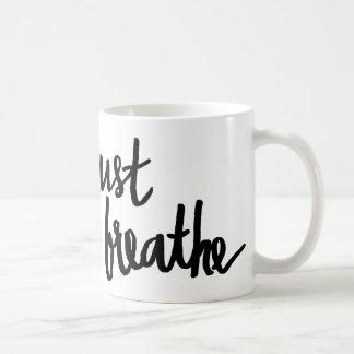 Atmen Sie einfach Typografie-Tasse Tasse