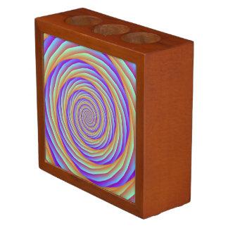 Aufgerollte Kabel im orange blauen und rosa Stifthalter