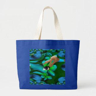 Auge wählte die Blumen-Handtasche aus Tragetasche