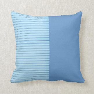 Baby-blaue Streifen Zierkissen