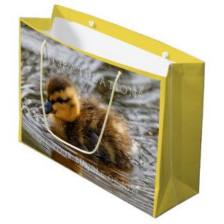 Baby-Entlein-Paddel im lokalen Teich Große Geschenktüte
