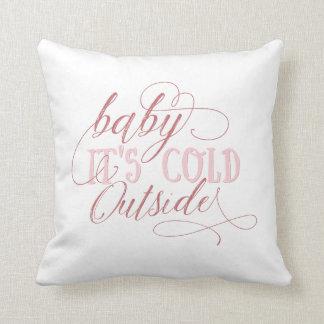 Baby ist es kaltes äußeres rosa Skript-Kissen Zierkissen