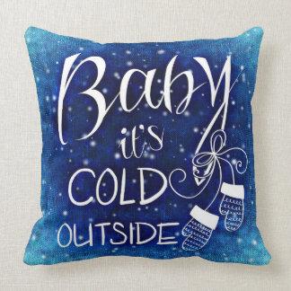 Baby ist es kaltes äußeres Typografie-Wurfs-Kissen Kissen