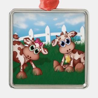 Baby-Kühe auf einer Hügel-Seite mit weißer Quadratisches Silberfarbenes Ornament