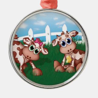 Baby-Kühe auf einer Hügel-Seite mit weißer Rundes Silberfarbenes Ornament
