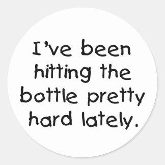 Baby-Spaß, der die Flasche schlägt Runder Aufkleber